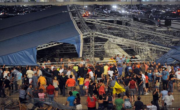 Palco desaba em feira nos Estados Unidos (Foto: Matt Kryger/The Indianapolis Star/AP)
