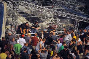 Polícia e voluntários tentam ajudar possíveis vítimas que ficaram embaixo da estrutura que desabou (Foto: Matt Kryger/The Indianapolis Star/AP)