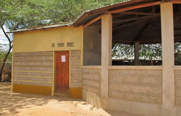Sede do Parlamento jovem, construída por uma agência humanitária (Foto: Giovana Sanchez/G1)