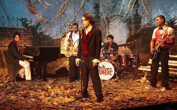 No palco, os integrantes da Palhaço Paranóide usam figurino e adotam uma postura a ver com o nome da banda e o universo que ela tenta criar (Foto: Divulgação)