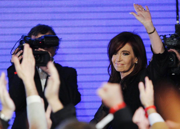 Presidente da Argentina saiu vitoriosa em primárias das eleições de outubro (Foto: Enrique Marcarian/Reuters)