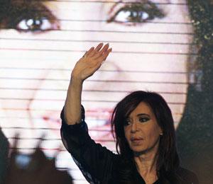 Cristina Kirchner comemora resultado com eleitores em Buenos Aires (Foto: Enrique Marcarian/Reuters)