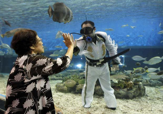Mergulhador apareceu fantasiado de Elvis Presley. (Foto: Romeo Ranoco/Reuters)