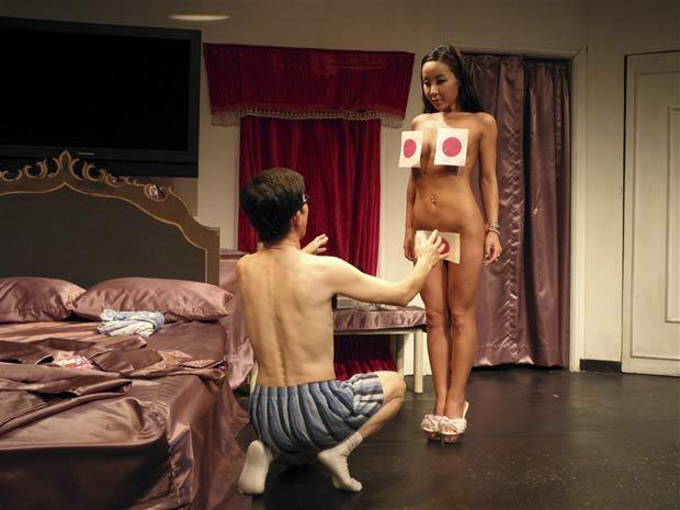 Diretor teatral sul-coreano usou tapa-sexo no formato da bandeira japonesa e foi alvo de críticas. (Foto: Reuters)