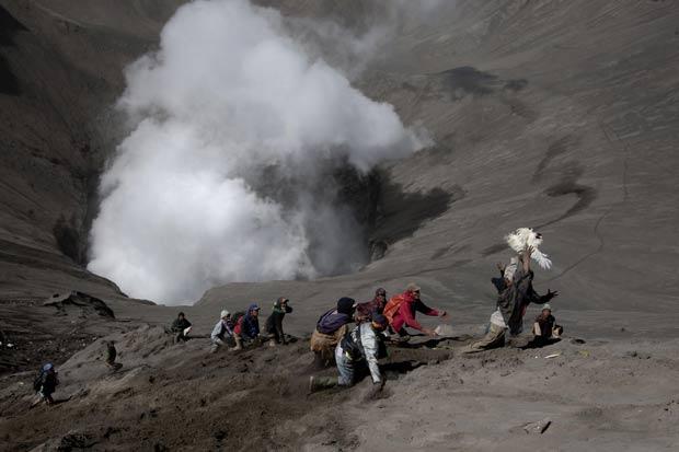 Galinha foge ao ser lançada como oferenda em vulcão. (Foto: Dwi Oblo/Reuters)