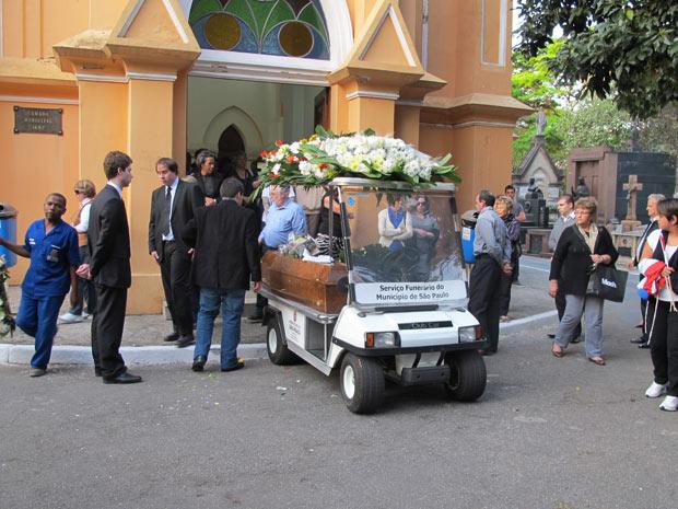 Familiares e amigos compareceram ao sepultamento da professora Maria Angélica Soler no Cemitério do Araça (Foto: Marcelo Mora/G1)