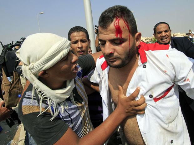 Como já havia ocorrido na primeira sessão, conflitos entre apoiadores e antagonistas ao governo de Mubarak ocorreram nas ruas de Cairo nesta segunda (15), perto da corte onde o ex-presidente era julgado (Foto: AP)