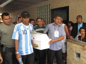 Enterro da jovem Alessandra Aguilar (Foto: Lílian Quaino/G1)