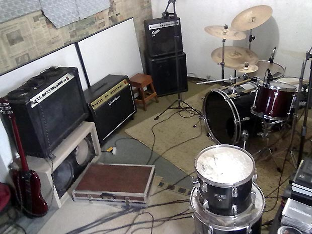 O estúdio caseiro montado pelo músico Alexandre Kaimer, da banda Assoma: sucesso entre os vizinhos (Foto: Alexandre Kaimer/Arquivo Pessoal)