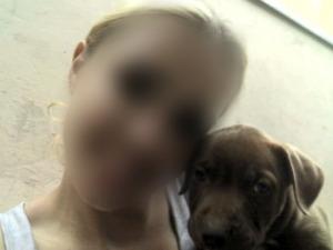 Vítima, que não quis mostrar o rosto, cuidava do cachorro desde que ele era filhote. (Foto: Caroline Arruda/Arquivo pessoal)