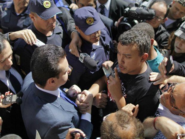 Kassab enfrenta manifestação dos comerciantes da feirinha durante visita ao Centro de SP (Foto: Nelson Antoine/Futura Press/AE)