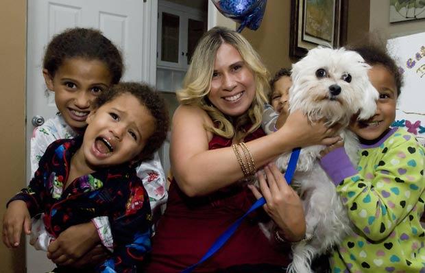 Monica Benson posa com seus filhos e o cão 'Caesar'. (Foto: John M. Galloway/The Detroit News/AP)