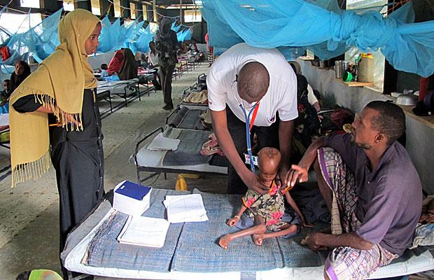 Médico examina criança no hospital do campo de Dagahaley. Os Médicos Sem Fronteiras são responsáveis por toda a saúde deste campo de Dadaab (Foto: Giovana Sanchez/G1)