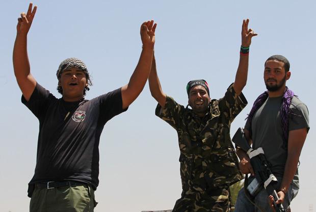 Rebeldes líbios comemoram avanço na cidade de Zawiyah, nesta segunda (15) (Foto: Bob Strong / Reuters)