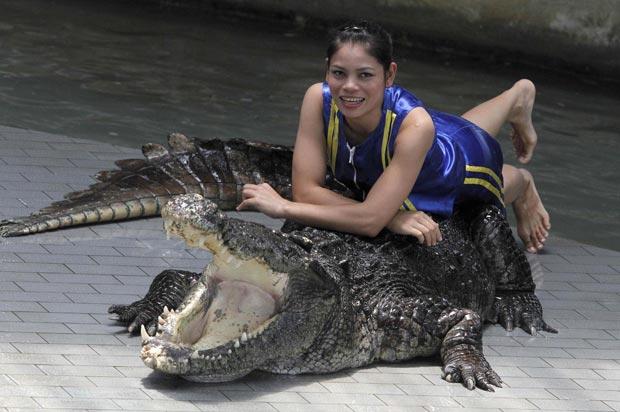 Kanthida Jantanct com um dos crocodilos do zoológico. (Foto: Sukree Sukplang/Reuters)