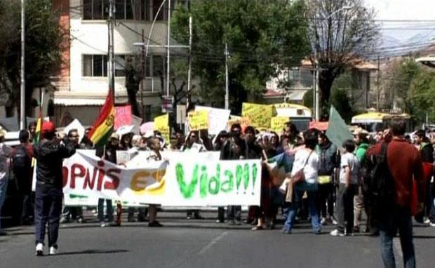 Pessoas participam de caminhada de 500 km (Foto: BBC)