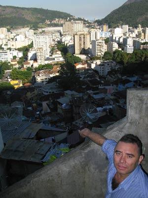 No muro conhecido com 'Cerquinha', Bonfim mostra o visual que os olheiros do tráfico tinham (Foto: Bernardo Tabak/G1)