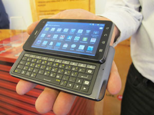 Milestone 3 roda o sistema Android 2.3 e tem tela de 4 polegadas (Foto: Laura Brentano/G1)
