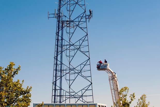 William Sturdivant II, de 25 anos, escalou a torre às 11h da última quinta-feira. (Foto: Jeff Lautenberger/Tulsa World/AP)