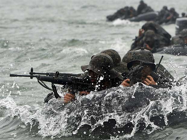 Soldados sul-coreanos realizam exercícios militares em barcos infláveis no mar de Taean. (Foto: Yonhap / Yang Yong / AP Photo)