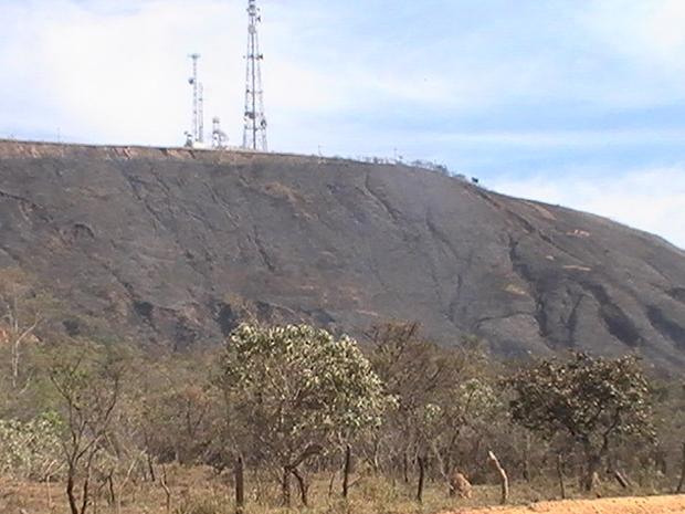 Parte da Serra Santa Helena é destruída pelas chamas. (Foto: Corpo de Bombeiros de Sete Lagoas)