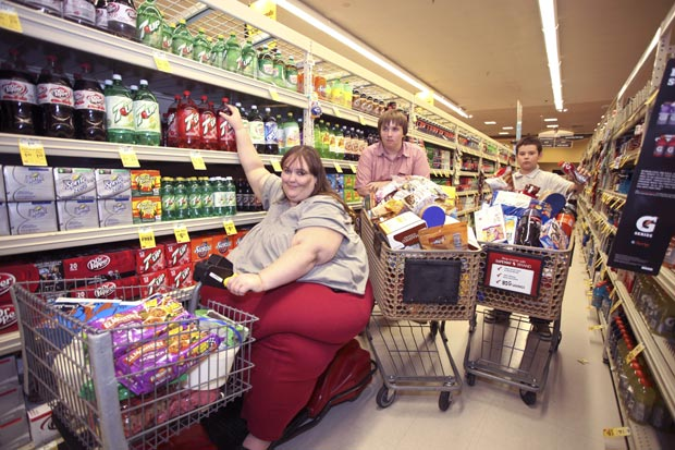Susanne Eman com os dois filhos, Brendin e Gabriel, durante ida ao supermercado. (Foto: Laurentiu Garofeanu/Barcroft Media/Getty Images)