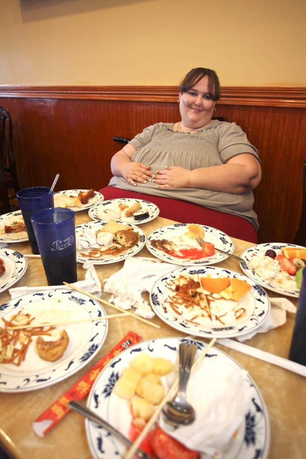 Susanne Eman quer provar que é possível engordar de forma 'saudável'. (Foto: Laurentiu Garofeanu/Barcroft Media/Getty Images)
