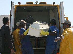 CASO JUAN/EXUMAÇÃO - CIDADES - Peritos do Instituto de Criminalística Carlos Éboli realizam a exumação do corpo do menino Juan Moraes, morto durante uma operação policial na comunidade Danon no dia 20 de junho, em Nova Iguaçu, na Baixada Fluminense. O cor (Foto: Jadson Marques/Agencia Estado)