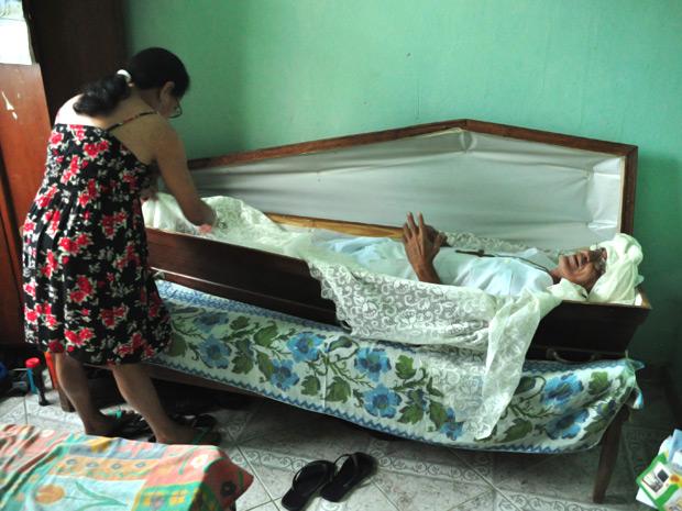 Aposentado dorme há 23 anos em caixão dado por amigo em Governador Valadares (MG) (Foto: Leonardo Morais/Hoje em Dia/AE)