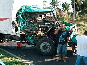 Acidente na BR-324 congestiona o trânsito na região de Humildes (BA) (Foto: Reprodução/TV Subaé)