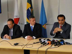 Da esquerda para a direita, superintendente Regional da Receita Federal em MG, Hermano Machado; superintendente Regional da Polícia Federal em MG e o delegado da PF Marcelo Freitas, que coordenou a operação no estado. (Foto: Alex Araújo/G1 MG)