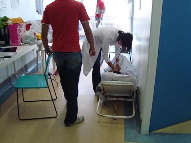 Pessoas são atendidas em macas, no chão do Hospital das Clínicas, em Vitória. (Foto: Divulgação/ CRM)