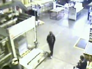 Imagem de câmera de segurança de gráfica em São Paulo flagrou furto de prova em 2009 (Foto: TV Globo/Reprodução)