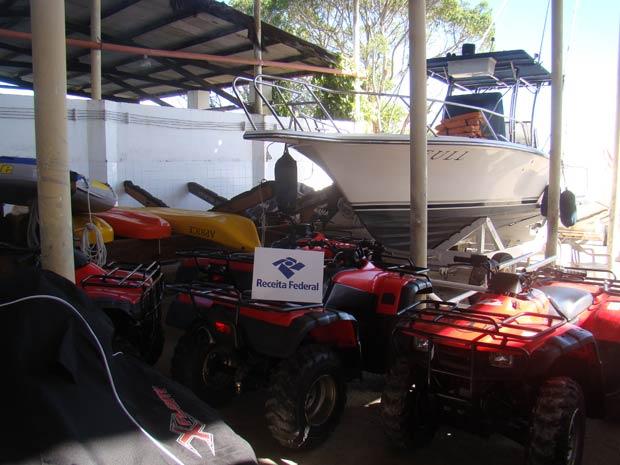 Quadriciclos e barco apreendidos em ilha na Bahia (Foto: Divulgação/Receita Federal)