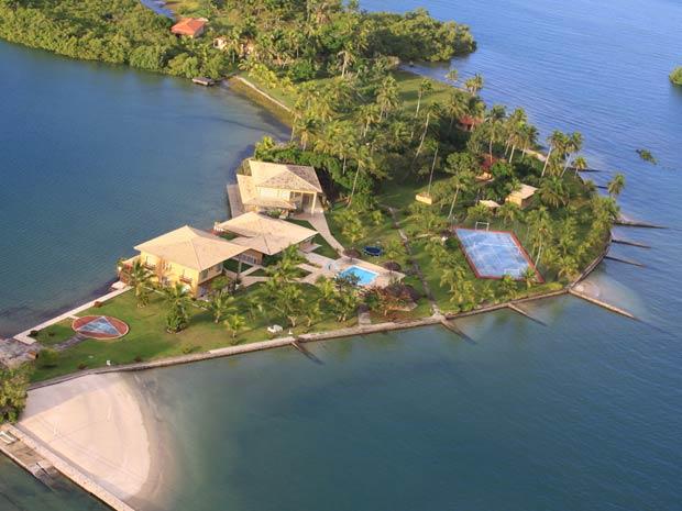 Fotos da ilha na Baía de Todos os Santos que foi um dos alvos da operação.  As fotos foram tiradas do helicóptero da Receita Federal.  (Foto: Divulgação/Receita Federal)