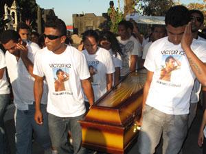 Emoção em enterro de vítima de acidente em parque no Rio (Foto: Henrique Porto/G1)