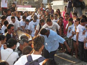 Corpo de jovem é enterrado no Rio (Foto: Henrique Porto/G1)