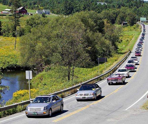 Desfile reuniu na quarta-feira (17) 298 Cadillacs em Barton. (Foto: Roger Crowley/Cadillac/Reuters)