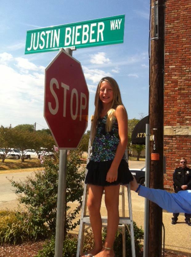 Como prefeita por um dia, Caroline Gonzalez pediu a instalação de rua 'Justin Bieber'. (Foto: Jeff Crilley/City of Forney/AP)