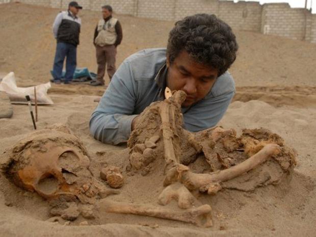 Homem trabalha na escavação em Chan Chan (Foto: Fabián Córdova / Diario La Industria / AFP)