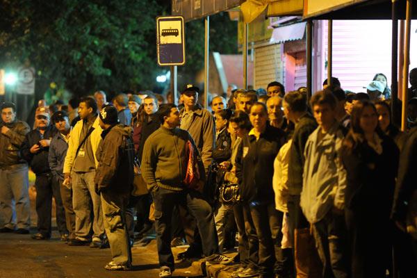 Passageiros enfrentam filas e espera em Sapucaia do Sul, região metropolitana, para chegar ao trabalho em Porto Alegre (Foto: Marcelo Oliveira/Agência RBS)