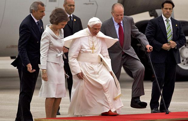 Papa Bento XVI caminha junto ao rei Juan Carlos (direita) e da rainha Sofia ao chegar no aeroporto de Barajas, em Madri (Foto: Emilio Morenatti/AP)