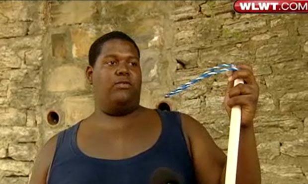 Nate Allbright e seu pai usaram armadilha improvisada para capturar a cobra. (Foto: Reprodução/WLWT)