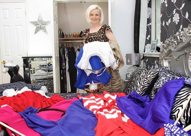 Mulher gastou R$ 39,5 mil em mais de 100 vestidos em números menores do que usava. (Foto: Barcroft Media/Getty Images)