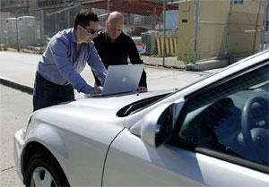 Don Bailey (esq.) e Mathew Solnik burlam sistema de alarme vulnerável enviando um torpedo SMS (Foto: Eric Risberg/AP)