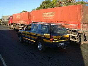 Caminhão com carga excedente foi abordado em Montes Claros (Foto: Divulgação PRF/MG)