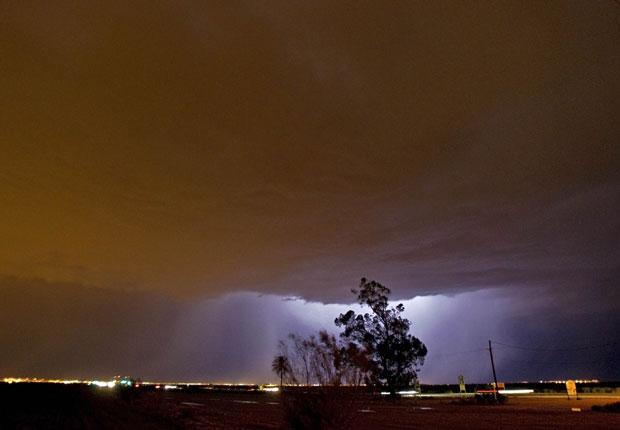Raio ilumina a nuvem de areia na cidade de Gilbert, também no Arizona. Em algumas cidades, a tempestade adentrou a noite (Foto: AP)