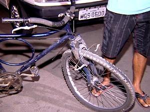 Ciclista é atropelada e motorista foge sem prestar socorro em Vitória  (Foto: Reprodução/TV Gazeta)
