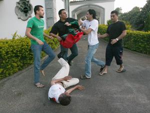 Tumulto na embaixada da Líbia entre apoiadores e opositores de Muammar Kadhafi.  (Foto: Givaldo Barbosa / Agência O Globo.)