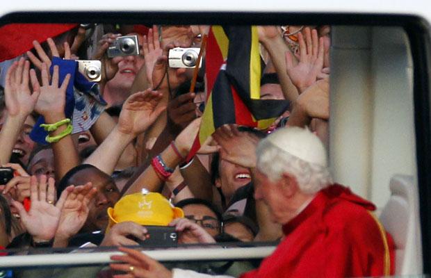 Bento XVI acena para fiéis em Madri (Foto: Andres Kudacki/AP)